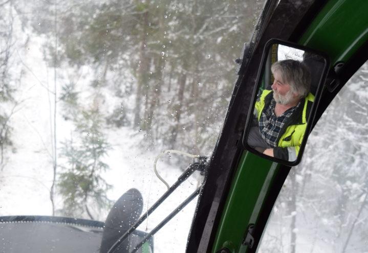 Viggo på vei ut av skogen med lassbæreren.