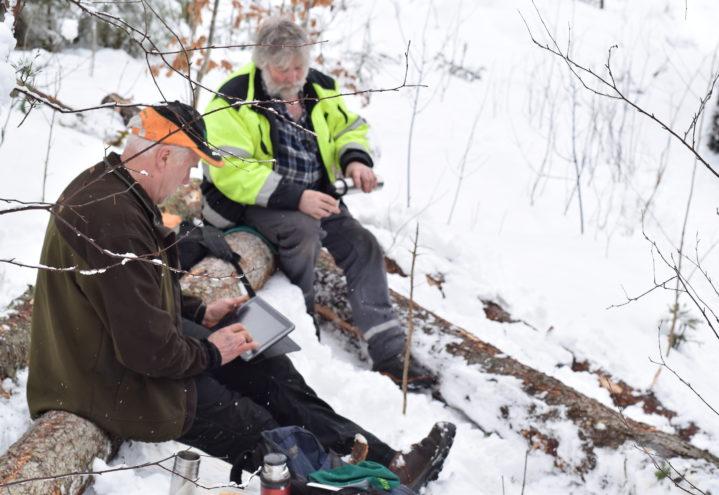 Pause på nærmeste tømmerstokk for Erling og Viggo.