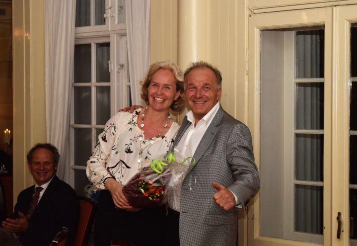Skogbruksleder Finn Schøning ga Guro blomster på vegne av skogeierne i Gjerpen og Solum.