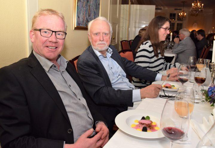 Finn Halvor Skårdal (til v) fra Herrevassdraget skogeierlag og Leif Herman Valen klar for festdessert.