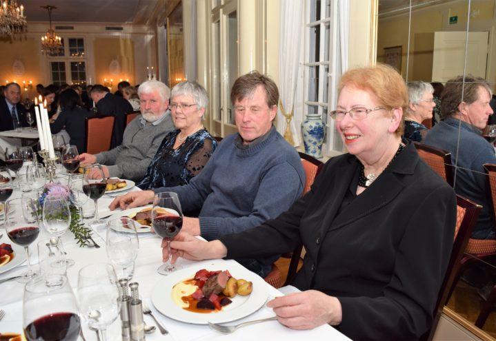 Nydelig mat ble servert til Sølvi Vrangsund, Jacob Langerød og Anne og Steinar Saubrekka.