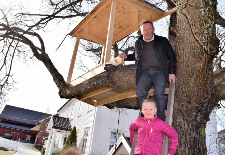 Både Frida og far gleder seg over trehytta, som er under bygging noen meter over bakken.