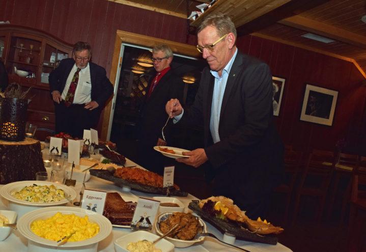 Hølje Kristian Jore var vert for kvelden. Serveringen var en lekker buffet.