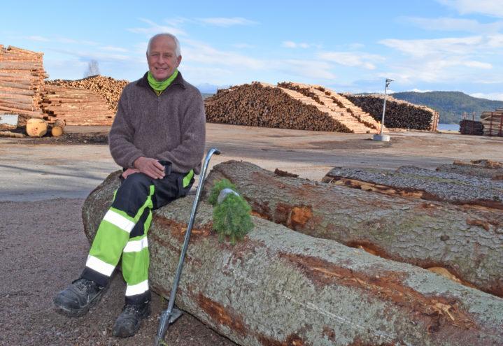 Leder i Bamble skogeierlag, Ole Svein Høen, deler ut bestilte planter fra tømmerkaia på Herre.